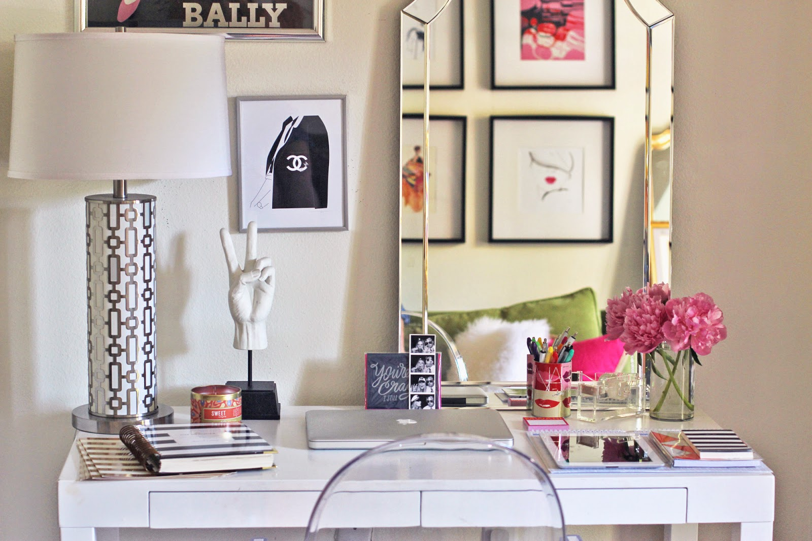Give your desk a makeover with these 7 cute ideas for Pictures for your office