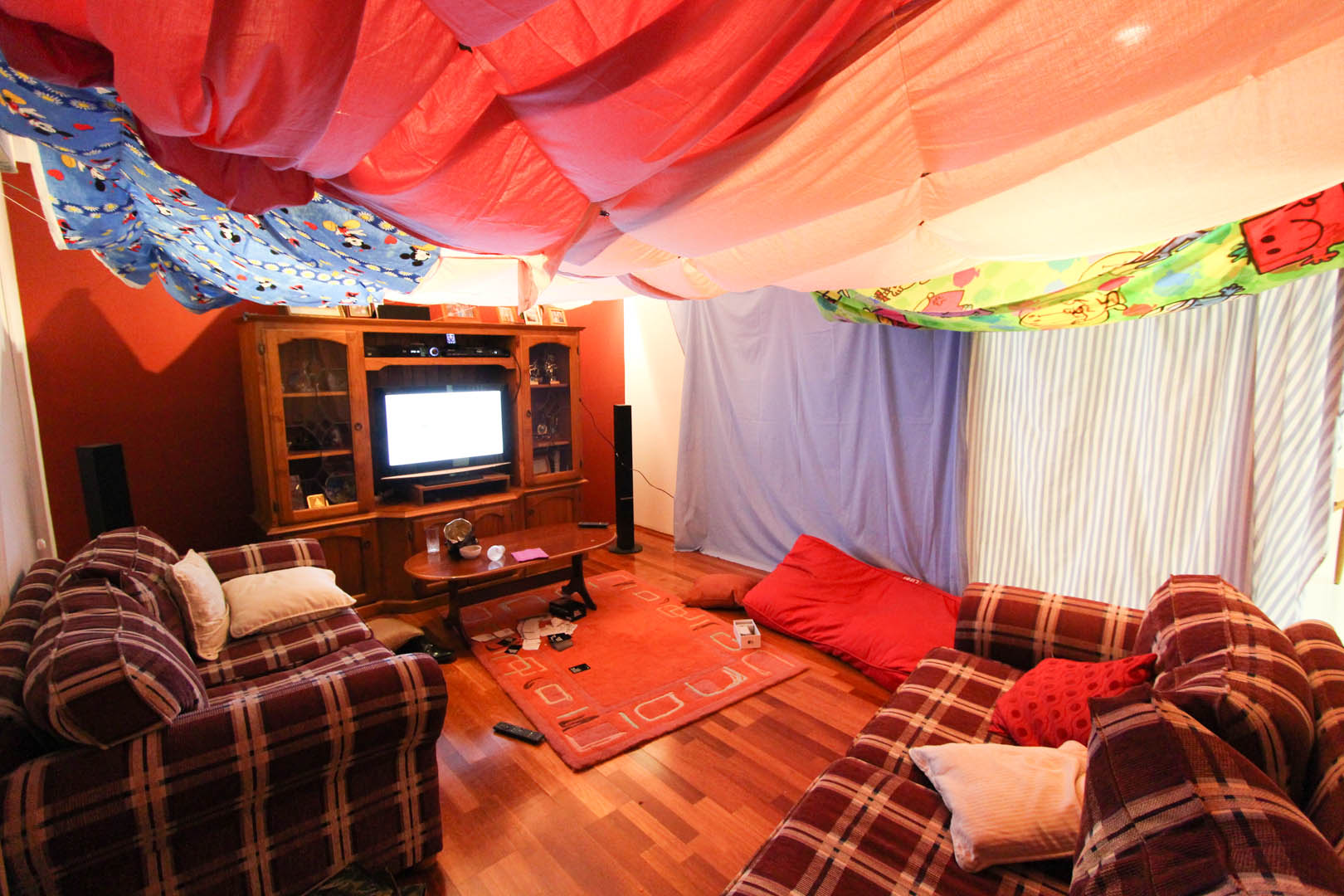 11 awesome diy forts you can create for your kids for Build your living room