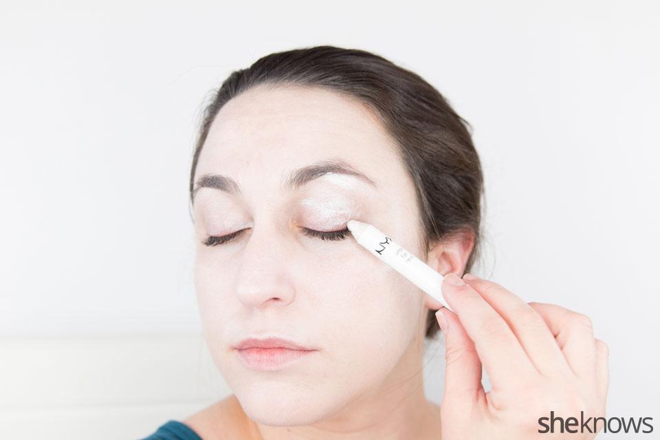 Awesome Dark Swan Halloween makeup: Step 3