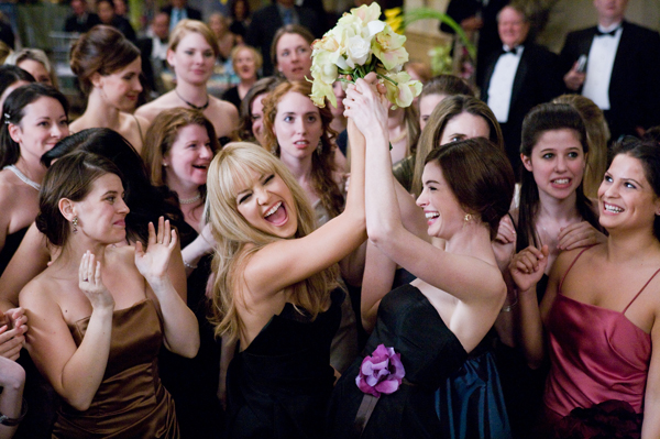 Hathaway and Hudson catch the boquet in Bride Wars