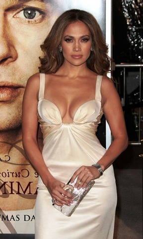 At the Benjamin Button premiere, Jennifer Lopez is ringless
