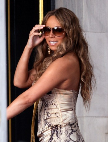Mariah Carey enters a New York City hotel