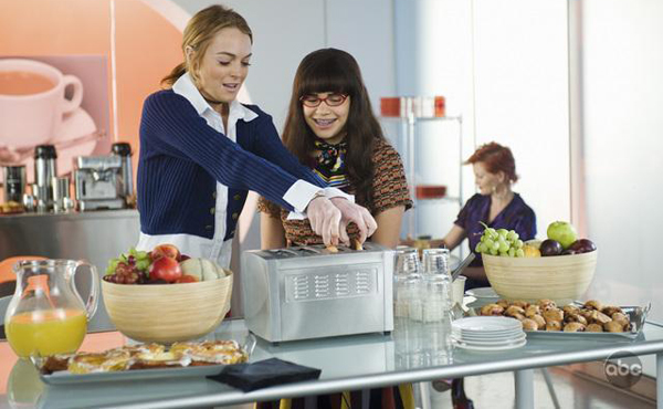 Lindsay and America make breakfast on Ugly Betty