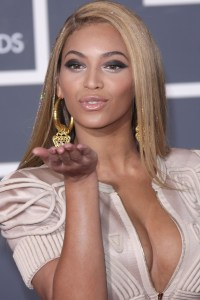 Beyonce walks the Grammys red carpet