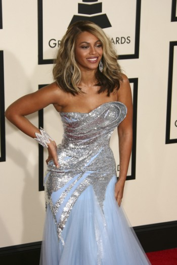 Beyonce strikes a Grammy pose
