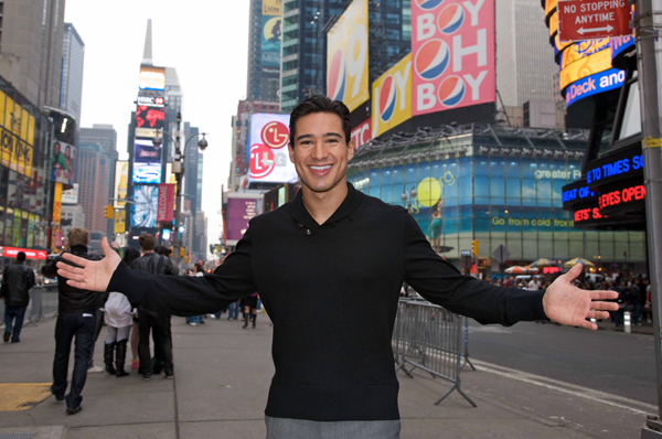 Extra and Mario Lopez do Times Square