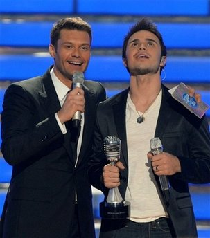 Ryan Seacrest gives Kris Allen the news