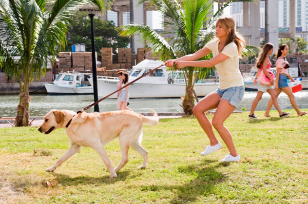 Jennifer Aniston takes a run in Marley & Me