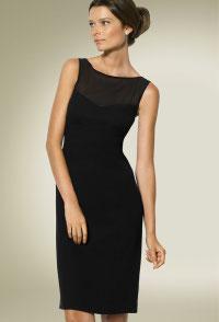 Коктейльные платья были в основном светлых тонов из блестящей ткани.