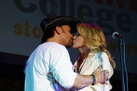 Tim McGraw and Faith Hill steal an onstage moment