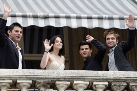 Chris Weitz, Kristen Stewart, Taylor Lautner and Robert Pattinson pose in Paris