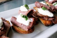 Sirloin Crostinis with Horseradish Cream
