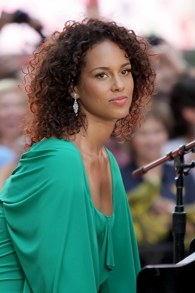 Alicia Keys' shoulder length natural curls for oval faces