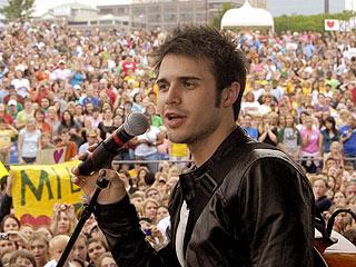Kris Allen performing in his hometown