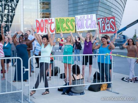 American Idol Season 9 Dallas Auditions Contestants Holding Don't Mess With Texas Signs