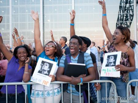 American Idol Season 9 Dallas Auditions Contestants Holding King of Pop Signs