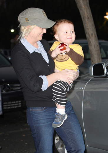 Amy Poehler and her son Abel leave Bristol Farms