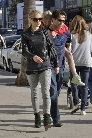 Anna Paquin, Stephen Moyer and his daughter spend time