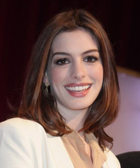 Anne Hathaway's chic shoulder length hairstyle