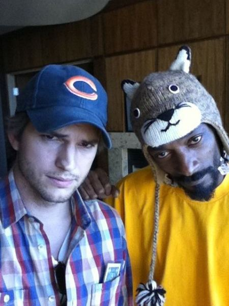 Ashton Kutcher poses with Snoop Dogg