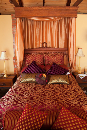 Red canopy bedroom decor