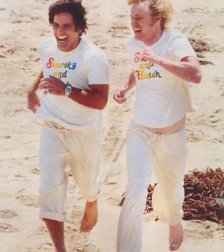 Ben Stiller and Owen Wilson run on the beach in Starsky and Hutch