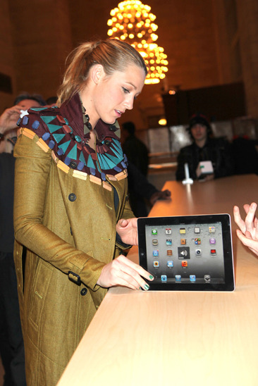 Blake Lively checks out an iPad at the Apple Store