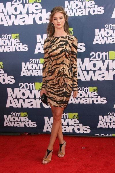 Rosie Huntington-Whiteley is fierce on the red carpet.