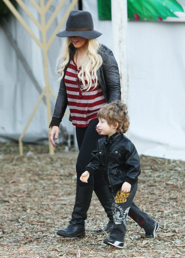 Christina Aguilera Christmas tree shopping with her son