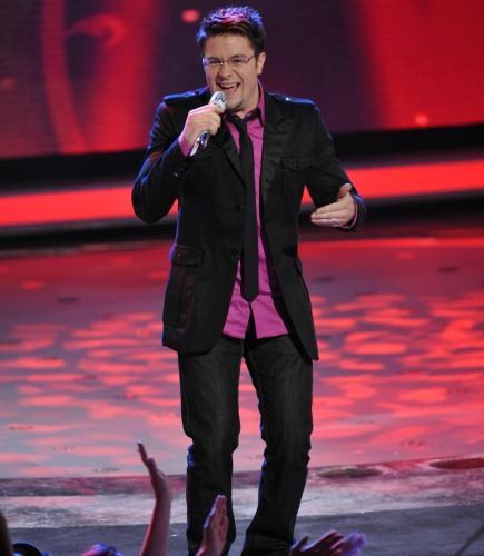 Danny Gokey singing on American Idol