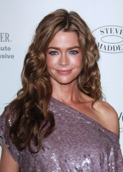 Denise Richards&#039; wavy, brunette hairstyle