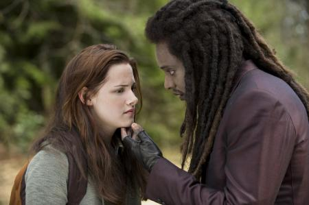 Laurent (Edi Gathegi) and Bella (Kristen Stewart)