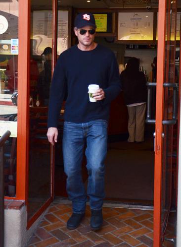 Eric Dane grabs some coffee