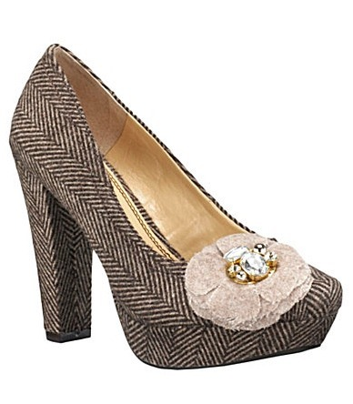 Chic Feminine Flower-Detail Pump