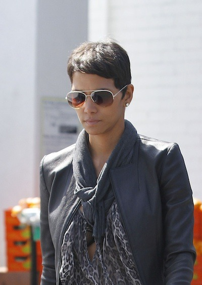Halle Berry Short Pixie Hairstyle Similar 2003 Classic - Cute Haircuts