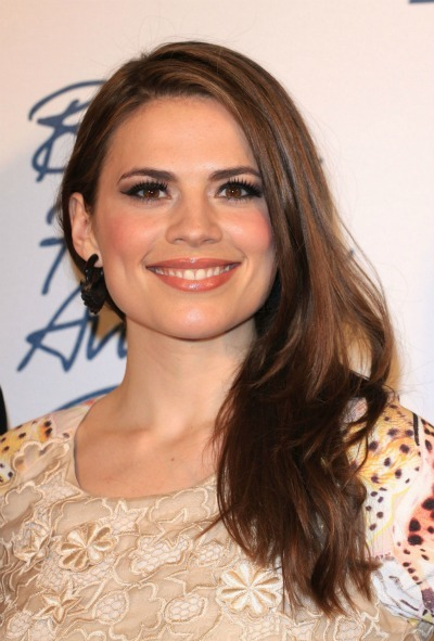 Hayley Atwell&#039;s side parted tresses 