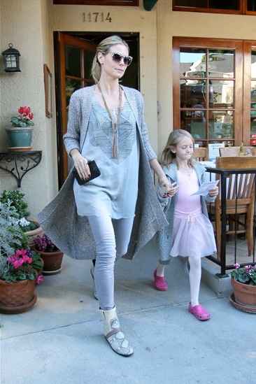 Heidi Klum and her daughter Leni leave a restaurant