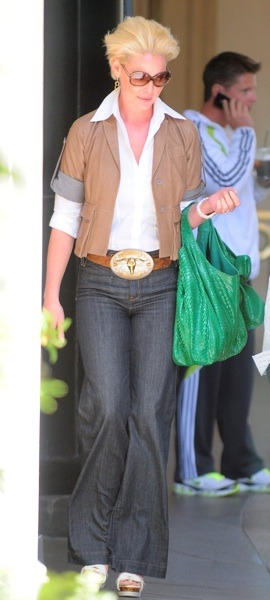 Katherine Heigl with green tote