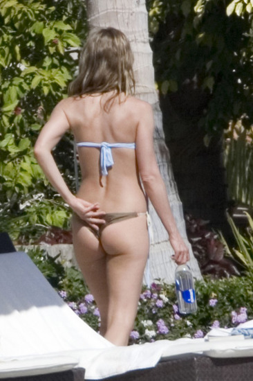 Can you guess this ultra-fit booty? Yup, it's Jennifer Aniston.