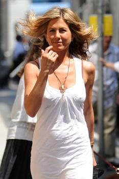 "Jennifer Aniston shooting ""The Bounty"""