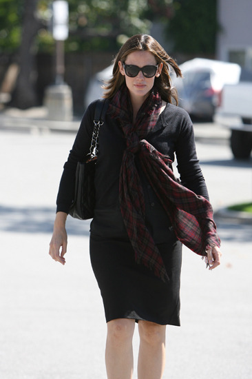 Jennifer Garner covers her bump