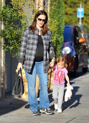 Pregnant Jennifer Garner and her daughter run errands