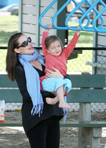 Jennifer Garner takes her daughter to the park