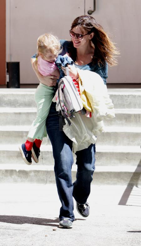 Jennifer Garner makes a school run