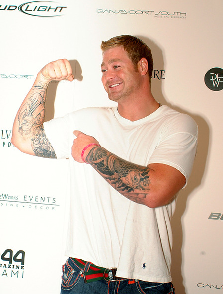 Jeremy Shockey shows off his guns