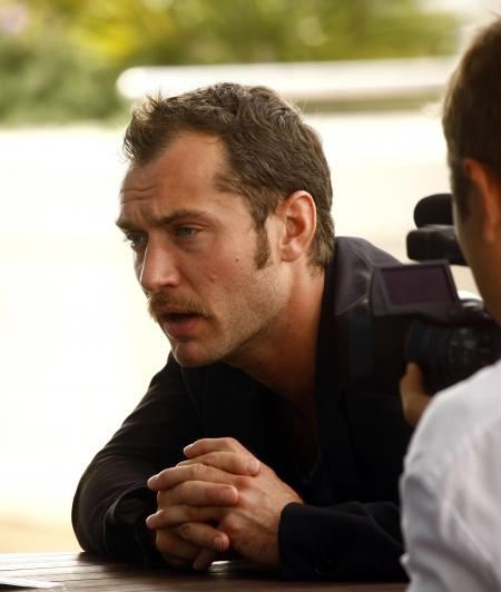 Jude Law being filmed for Sherlock Holmes