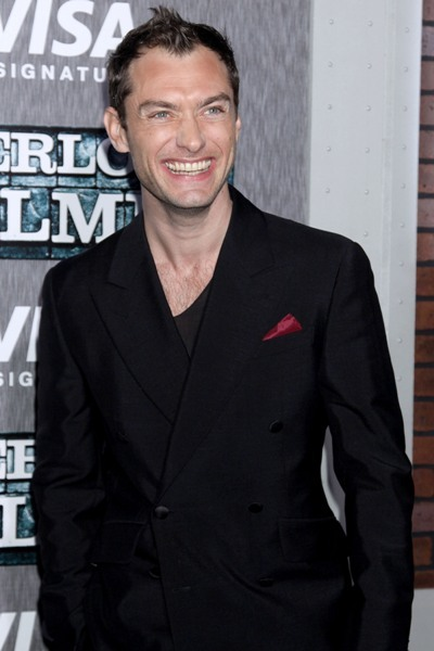 Jude Law flashes a big smile at the premiere of 'Sherlock Holmes'