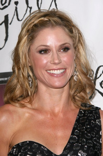 Julie Bowen's blonde, wavy hairstyle