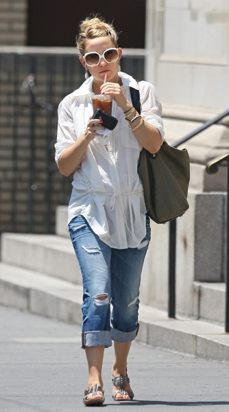 Kate Hudson in ripped jeans
