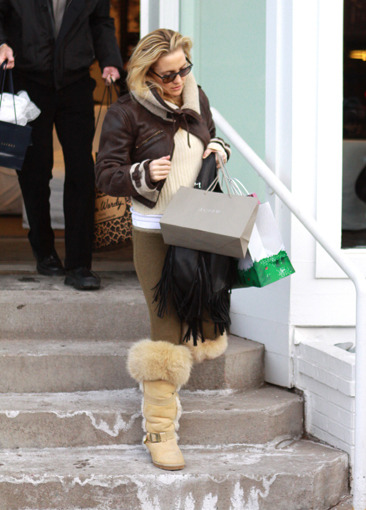 Kate Hudson shopping in Aspen on Christmas Eve